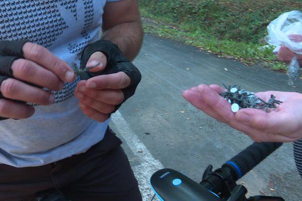 Ces morceaux de barbelés ramassés sur la voie verte représentent un danger pour les promeneurs et les cyclistes.