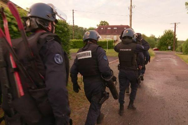 Les gendarmes du PSIG sont équipés pour entrer par effraction dans les appartements du suspect.