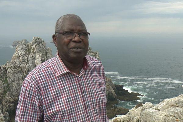 """Kofi Yamgnane devant les Tas de Pois en presqu'île de Crozon : """"Ici, je me sens apaiser"""""""