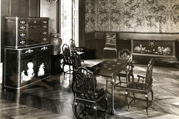 L'un des cabinets en laque japonais exposé avant 1975 à la Maison de Sylvie dans le parc du château de Chantilly