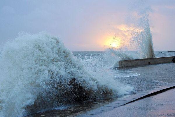Un homme photographie l'océan lors d'un coup de vent à La Rochelle, en janvier 2015. Photo d'illustration.