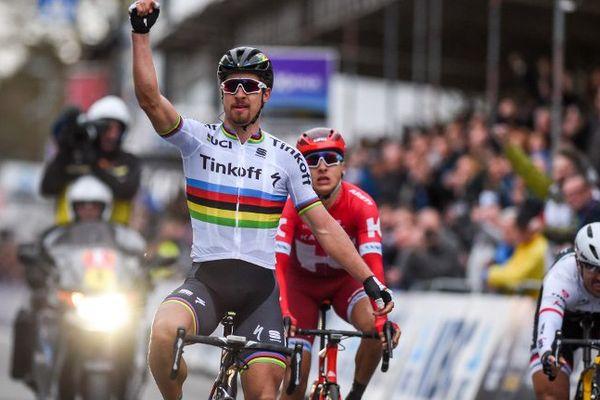 Le champion du monde en titre remporte sa première course avec le maillot arc-en-ciel.