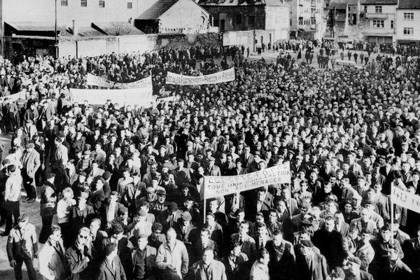 Dix-mille mineurs de charbon et de fer  manifestent le 05 mars 1963 à Forbach. Les mineurs du Nord et de l'Est, soutenus par la population, ont entamé du 01 mars au 05 avril 1963 une longue grève contre la fermeture des bassins et contre des licenciements