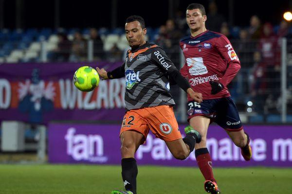 Kévin Afougou et ses coéquipiers n'ont pas réussi à prendre 3 précieux points face aux Clermontois (tel Ludovic Ajorque, au second plan).