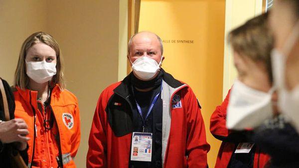 """Philippe Besson, président de PUI lors d'une réunion """"masquée"""" entre Pompiers de l'Urgence Internationale et la Croix Rouge"""