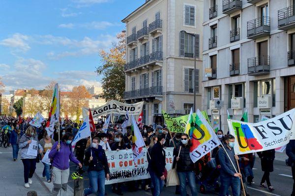 A Grenoble, la manifestation organisée par les syndicats enseignants a rassemblé près de 500 personnes