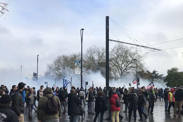 A Nantes, des gaz lacrymogènes ont rapidement été lancés par les forces de l'ordre après le début de la manifestation.