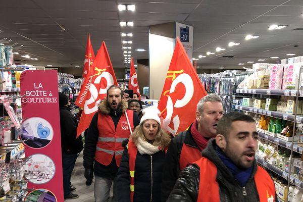 Près d'une trentaine de manifestants étaient rassemblés dans le Carrefour Market de Vanves.