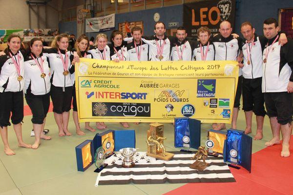 Les lutteuses et les lutteurs bretons avec tous les titres qu'ils ont remportés lors des championnats d'Europe de Gouren 2017.