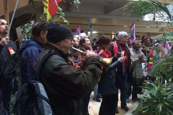 Une manifestation de salariés des Ehpad publics et privés au sein de l'antenne du Val-d'Oise de l'agence régionale de santé d'Île-de-France, le 30 janvier 2018.