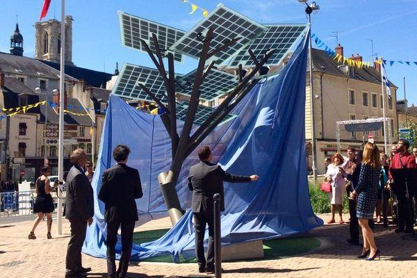 """Le premier """"eTree"""" d'Europe - un arbre aux feuilles photovoltaïques - a été planté à Nevers lundi 29 mai 2017"""