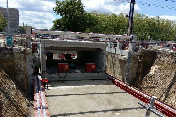 11 000 m3 de matériaux ont été retirés pour permettre de glisser 2 ponts ferroviaires, chemin Payssat et Carrosse.