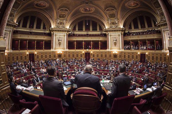 Depuis 2011, le sénat est renouvelé par moitié tous les trois ans et le mandat des sénateurs réduit de 9 à 6 ans.