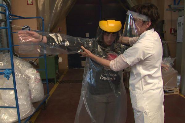 La surblouse s'enfile par l'avant pour éviter la contamination du visage. Elle peut aussi être lavée et est recyclable.