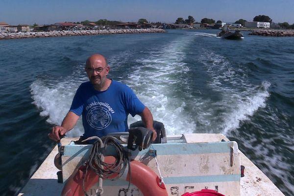 Mèze (Hérault) - Philippe Garces, ostréiculteur, navigue sur la lagune de Thau après le confinement - 22 mai 2020.