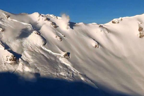 Des déclenchements d'avalanches au-dessus de Grimentz en Suisse