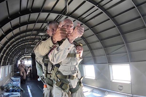 Tom Rice s'apprêtant à sauter en parachute