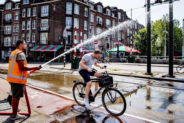 Petit rafraîchissement pour ce cycliste à Amsterdam, aux Pays-Bas.