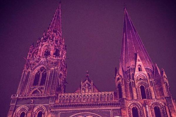 La cathédrale de Chartres illuminée en rose en octobre 2018