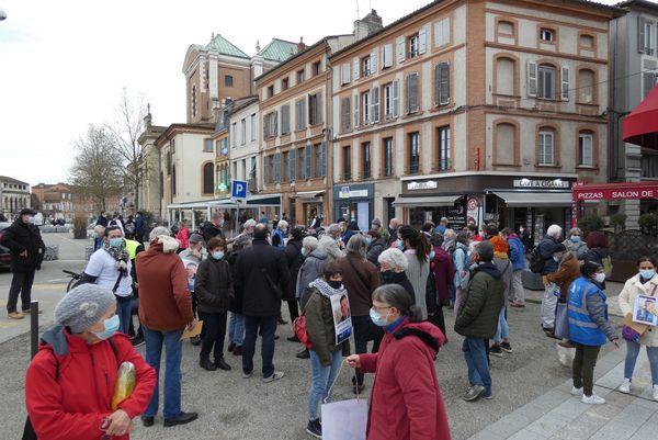 L'équipe du Secours Populaire 82 mobilisée devant la préfecture de Montauban, dans le Tarn-et-Garonne