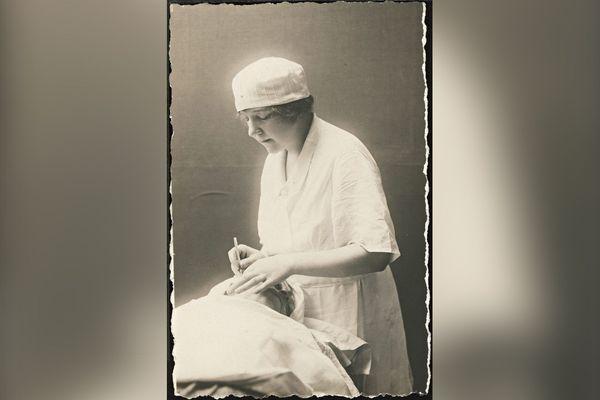 Docteur Suzanne Noël, carte postale, 1925.