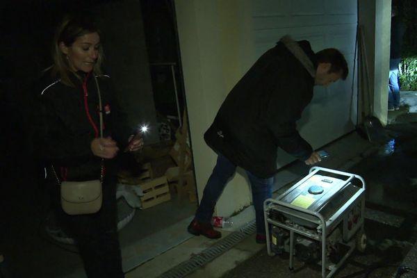 Le maire de Sérézin-de-la-Tour apporte un groupe électrogène à une habitante du village