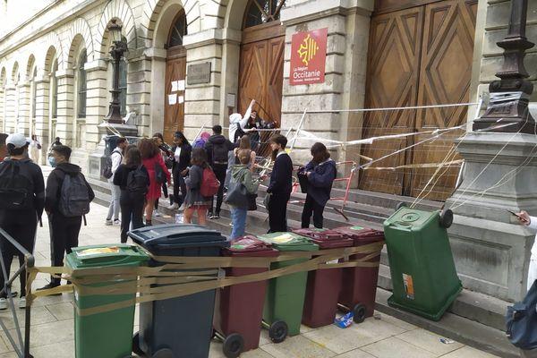 Depuis jeudi 6 mai, les élèves du Lycée Daudet bloquent l'entrée de leur établissement pour demander l'annulation des épreuves du baccalauréat.