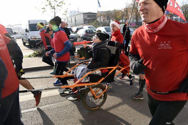 La joëlette est un fauteuil qui permet aux personnes handicapées ou fragiles de participer à des activités sportives