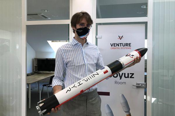 """Stanislas Maximin, cofondateur de Venture Orbital Systems, présente une miniature de la fusée """"Zephyr"""", développée pour envoyer dans l'espace des nanosatellites."""