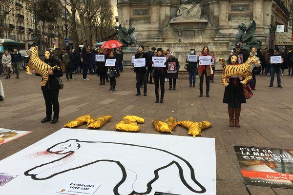 Des militants de l'association Paris Animaux Zoopolis demandent une loi pour l'interdiction des animaux sauvages dans les cirques.