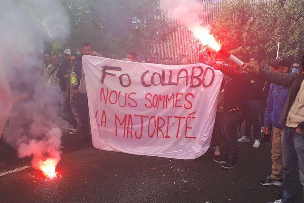 Devant le siège de la société Derichebourg, de nombreux manifestants dénoncent l'Accord de performance collective négocié par la direction de l'entreprise et le syndicat Force ouvrière.
