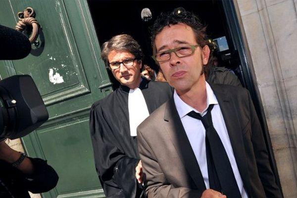 Photo d'archives prise le 6 septembre 2011 du docteur Nicolas Bonnemaison (1er plan), accompagné de l'un de ses avocats, Maître Arnaud Dupin, répondant aux journalistes après sa comparution au tribunal de Pau