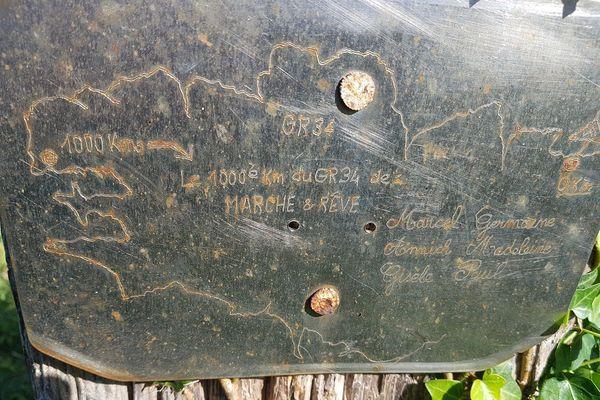 La plaque laissée par Marcel, Germaine, Annick, Madeleine, Gisèle et Paul, trouvée le long du GR34 à Locmaria-Plouzané