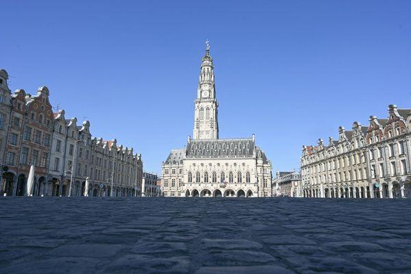 À Arras, la place des Héros pourrait se vider pour les trois prochains week-ends au moins. Préfets et élus locaux ont proposé au gouvernement la mise en place d'un confinement le week-end dans tout le département du Pas-de-Calais.