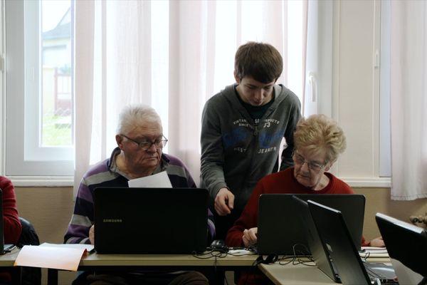 Quand les jeunes apprennent l'informatique aux aînés