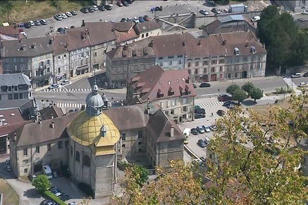 Salins-les-Bains, Jura :  vue du fort Saint André, la place principale de la ville avec le dôme de Notre-Dame Libératrice