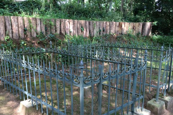 Les tombes de Benjamin et Georges Clemenceau au Colombiers, dans la commune de Mouchamps (85).