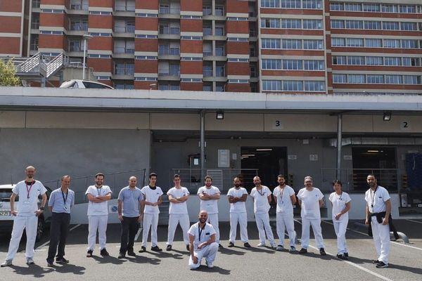 Akim entouré de collègues devant l'hôpital Rangueil