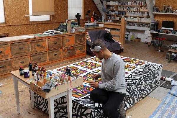 Depuis 2017, le graffeur et peintre new yorkais JonOne a installé l'un de ses ateliers à Roubaix dans le Nord.