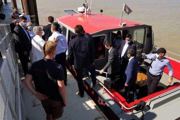 Gérald Darmanin est arrivé par bateau depuis Bordeaux.