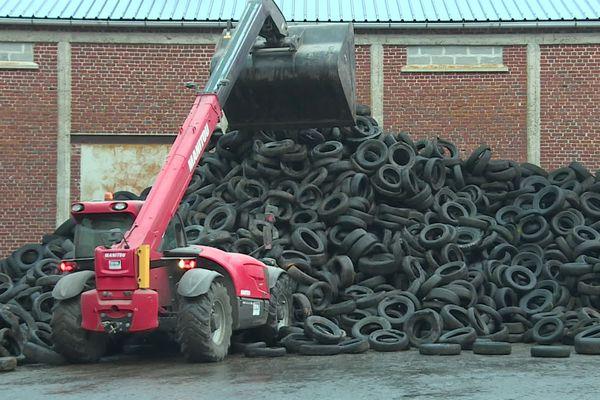 Opération de recyclage de pneus d'ensilage à Crécy-en-Ponthieu dans la Somme