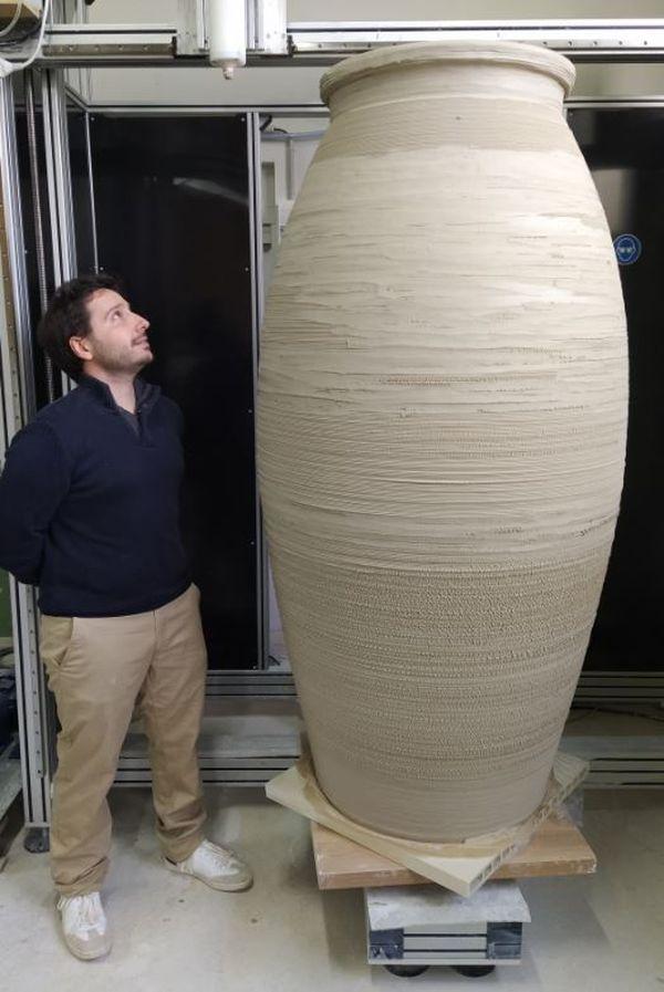 La jarre céramique imprimée en 3D à Bonnac-la-Côte mesure 1,80 m