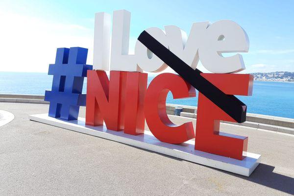 """L'emblématique """"I love Nice"""" dominant la baie des anges s'est paré d'un ruban noir."""