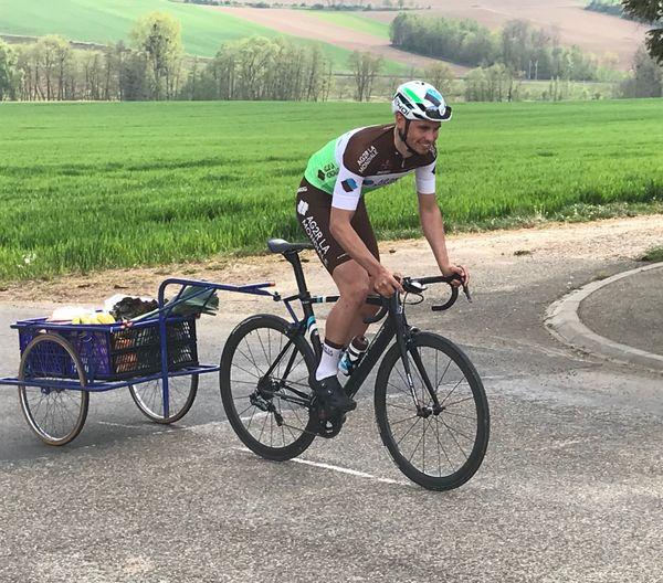 Antoine Raugel en pleine livraison de courses sur son vélo.