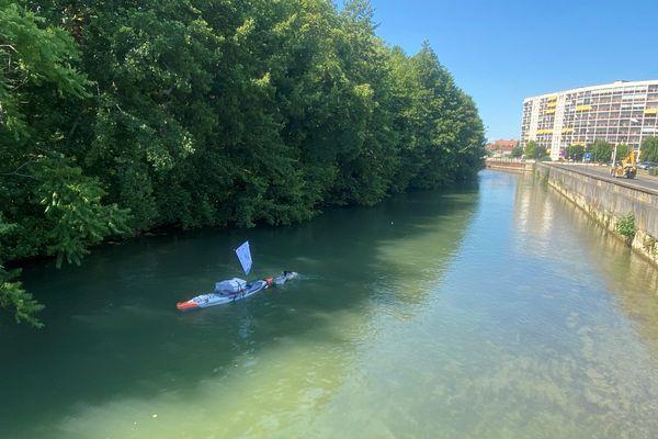 Arthur Germain tirant son kayak dans la Seine, à Troyes, le 16 juin 2021