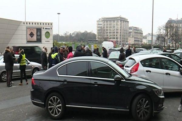 Des chauffeurs de VTC en colère, porte Maillot, à Paris, dimanche 18 décembre.