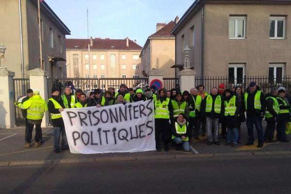Mobilisation devant la gendarmerie de Dole