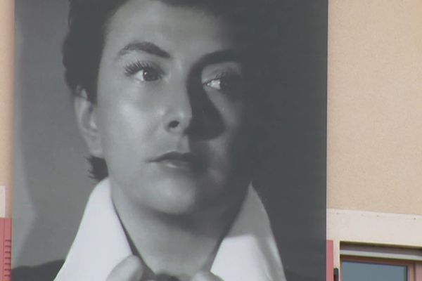 Le portrait de Mick Micheyl  est affiché au fronton de la mairie de Montmerle-sur-Sâone (Ain)