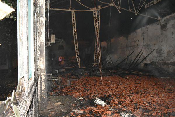 A l'intérieur du gymnase, après le passage de l'incendie.