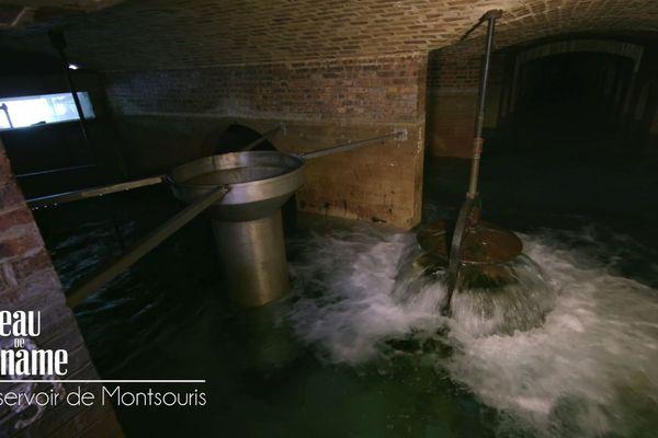 L'eau jaillit depuis des canalisations verticales nommées tulipe.